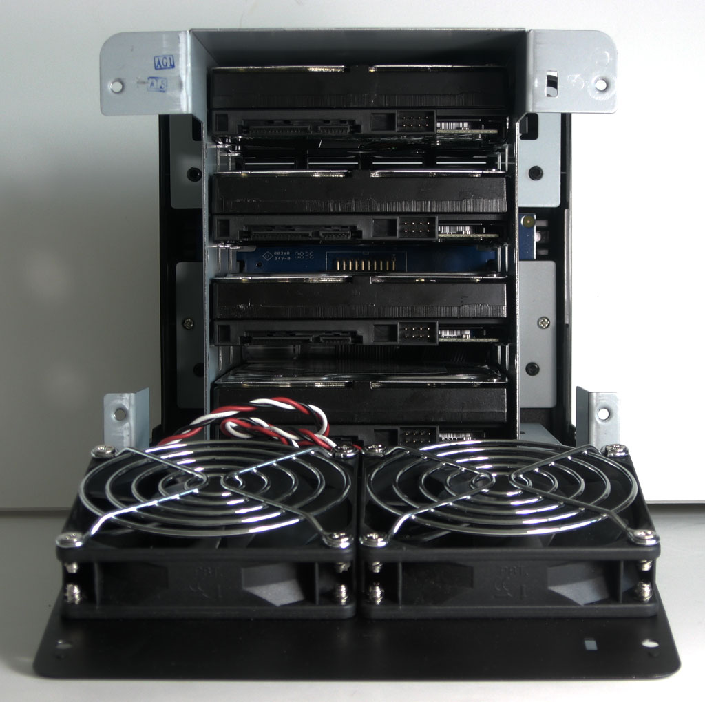 big_synology-ds409-back-view-no-cables.jpg