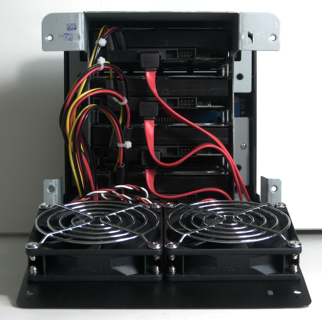 big_synology-ds409-back-view-yes-cables.jpg