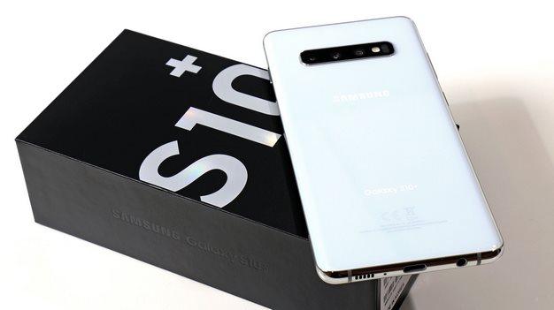 Samsung Galaxy S10 Plus on box