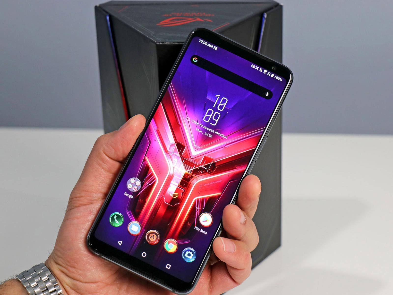4x3 1600x1200 highres Asus ROG Phone 3 front in hand