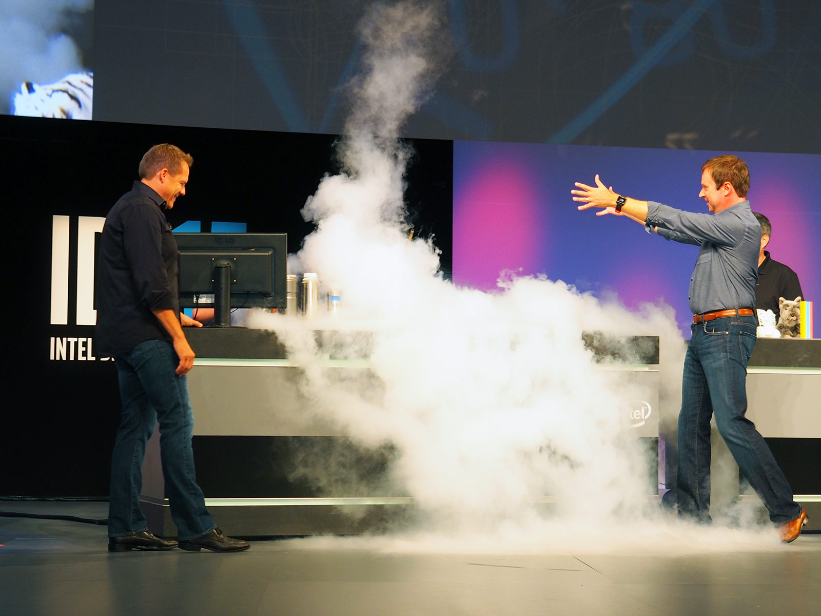 He Pours Liquid Nitrogen On An Intel Skylake CPU At IDF. What Happens Next Is Astonishing!