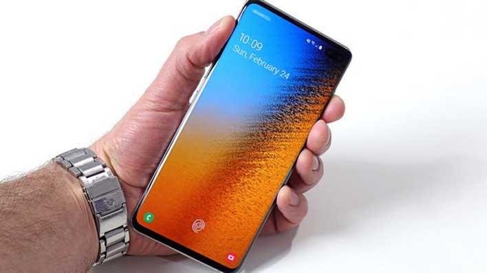 Galaxy S10 Plus display in hand 2
