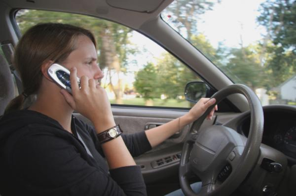 essay on using cellphones while driving is dangerous